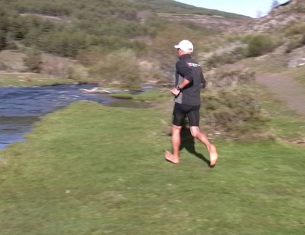 Cómo correr descalzo o minimalista en la naturaleza - Impulso final
