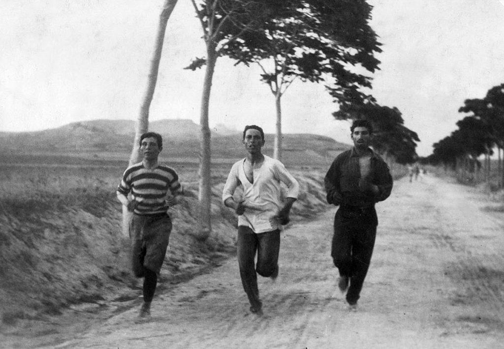Tres atletas entrenando para la Maratón de las Olimpiadas de Atenas 1896