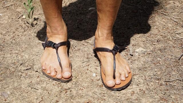 Recorta tus huaraches para adaptarlas a tus pies